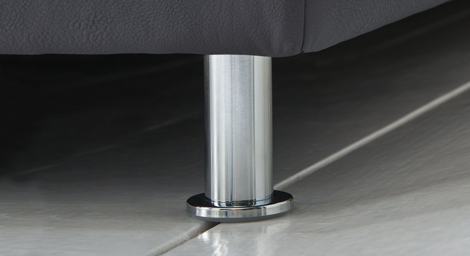 Boxspringbett Overland mit zylinderförmigen Metallfüßen