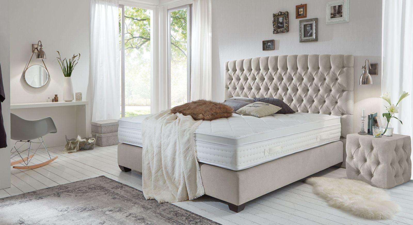 Boxspringbett Palmdale mit passendem Nachttisch und Teppich