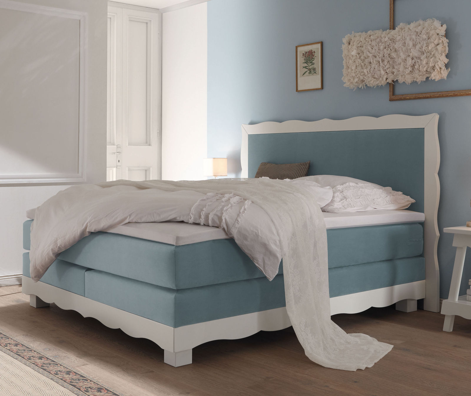 landhausstil boxspringbett romantisch mit samtstoff bezug. Black Bedroom Furniture Sets. Home Design Ideas