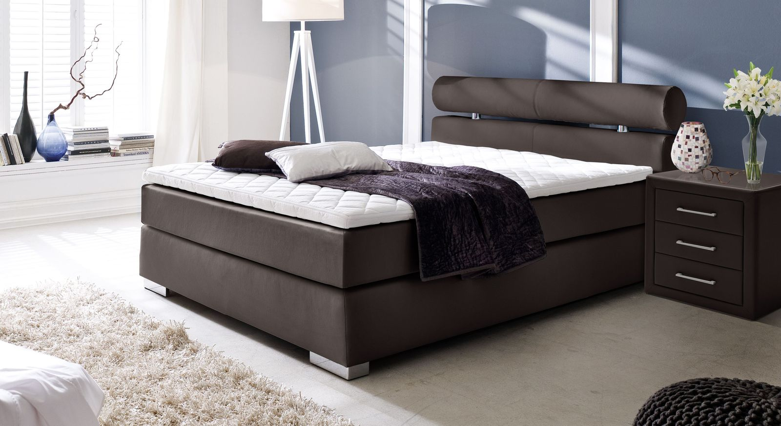 boxspringbett aus kunstleder in wei mit nackenrolle rimori. Black Bedroom Furniture Sets. Home Design Ideas