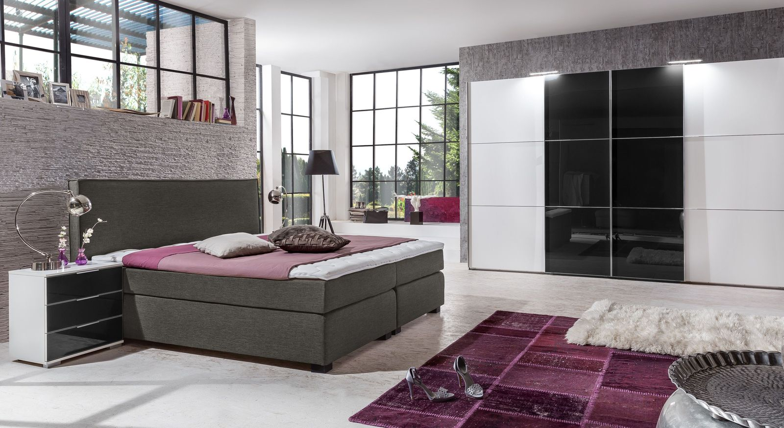 schwarz wei er kleiderschrank mit glas schwebet ren taipana. Black Bedroom Furniture Sets. Home Design Ideas