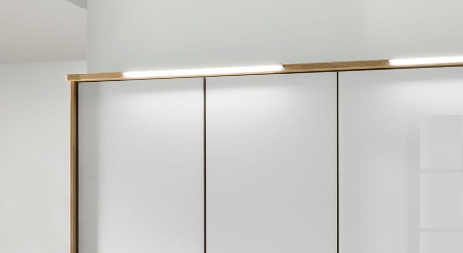 Drehtüren-Kleiderschrank Chipperfield mit sparsamer Beleuchtung