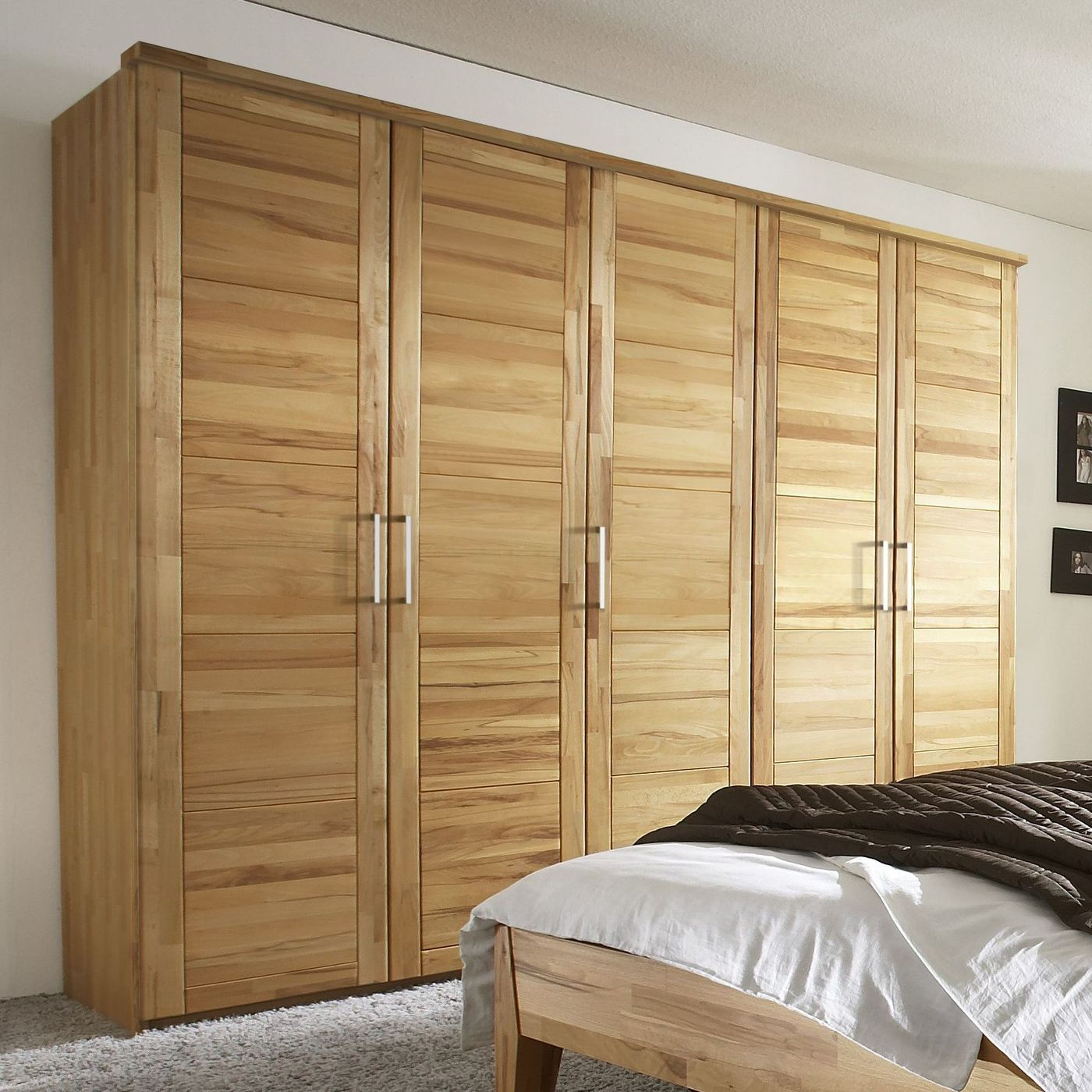 rustikaler dreht ren kleiderschrank aus buche kiran. Black Bedroom Furniture Sets. Home Design Ideas