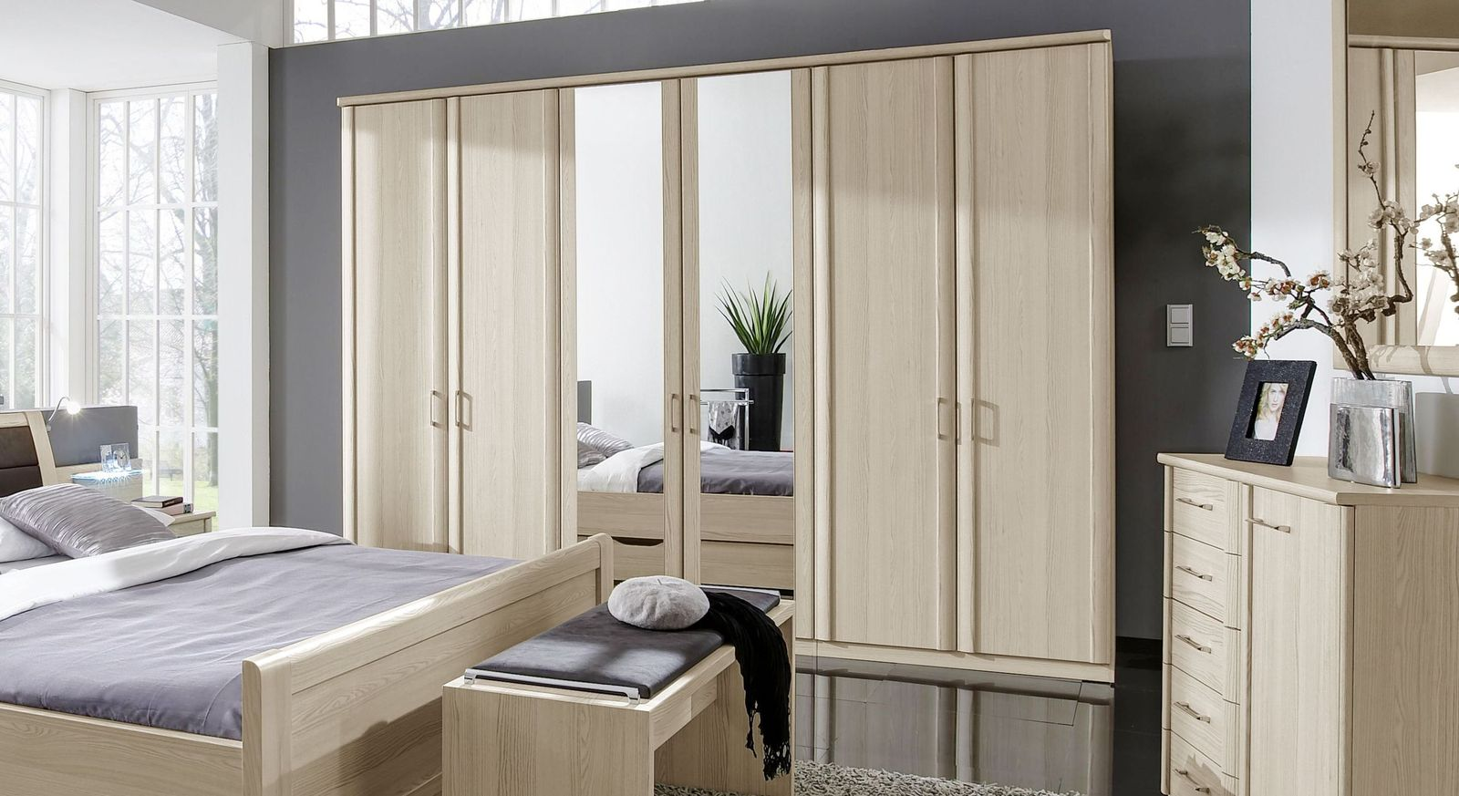 kleiderschrank mit dreht ren individuell konfigurierbar. Black Bedroom Furniture Sets. Home Design Ideas