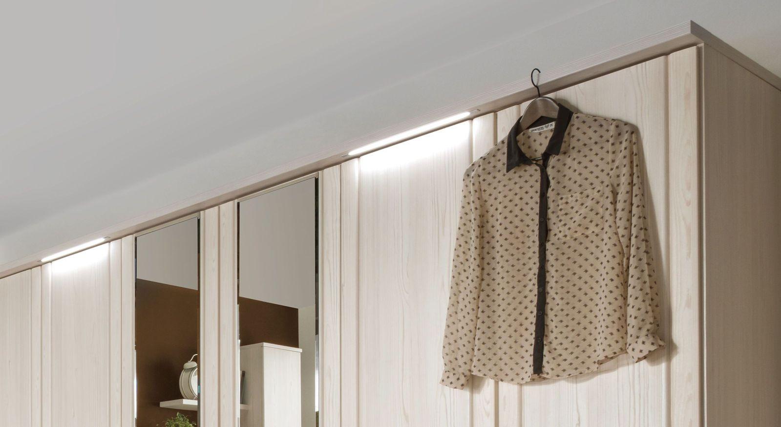 Drehtüren-Kleiderschrank Pegau mit modernen Linienleuchten