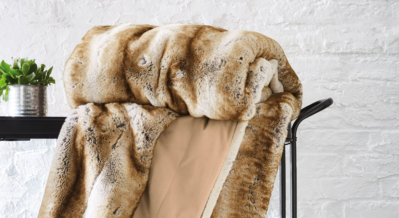 Felldecke bugatti Wildkatze braun mit kuschelweicher Oberfläche