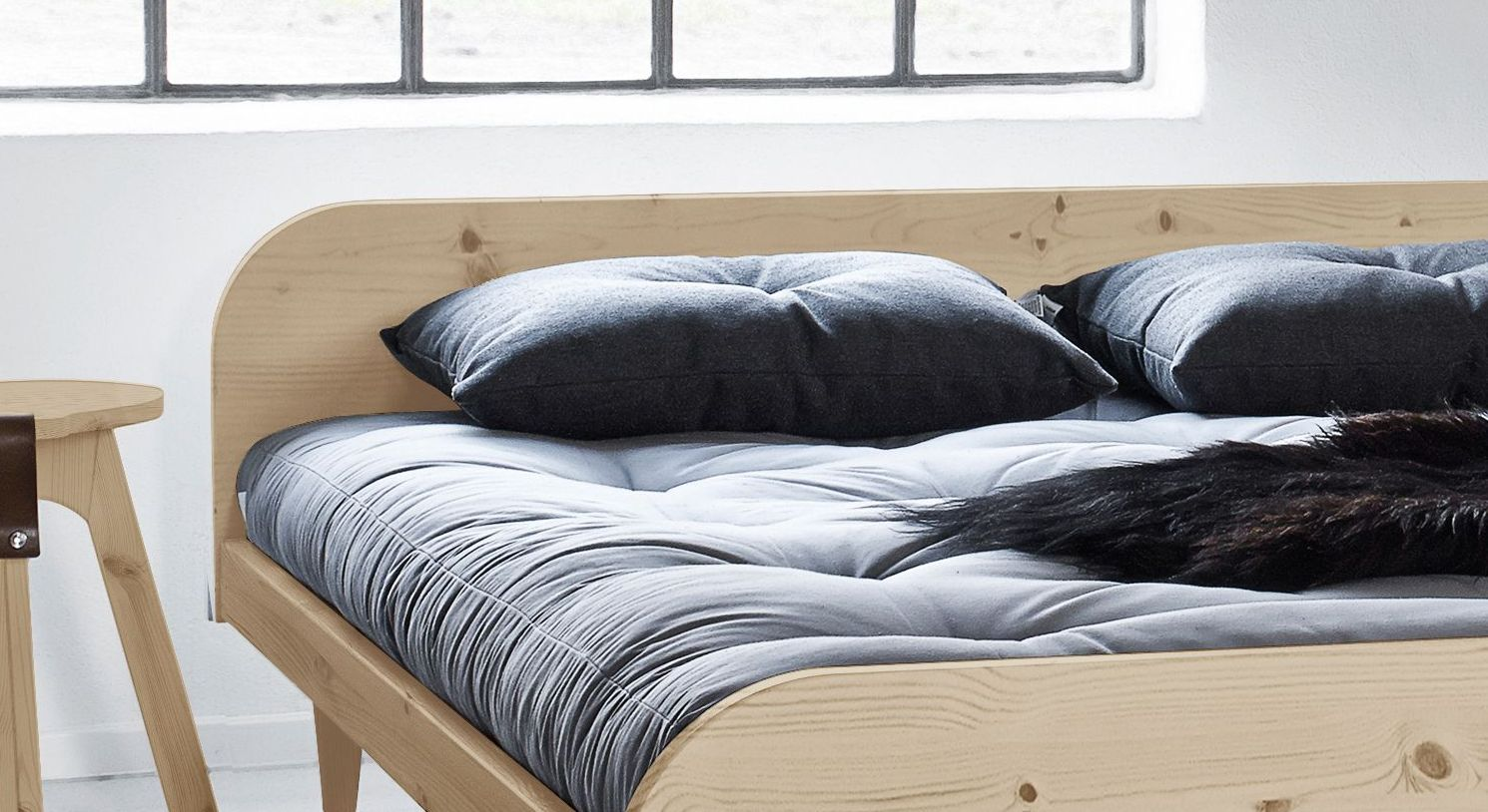 futonbett aus massiver kiefer design nach feng shui lenola. Black Bedroom Furniture Sets. Home Design Ideas