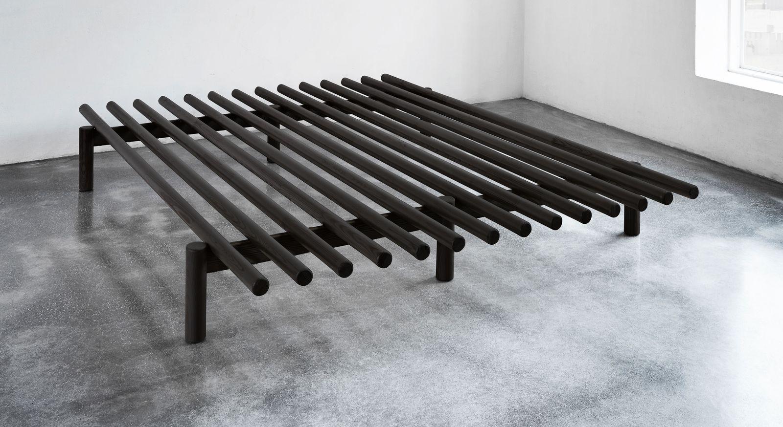 Futonbett Liri aus schwarz lackierter Kiefer