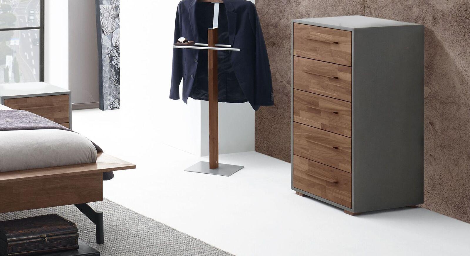 Zweifarbige Hochkommode Tolacon mit Echtholz-Schubladenfront