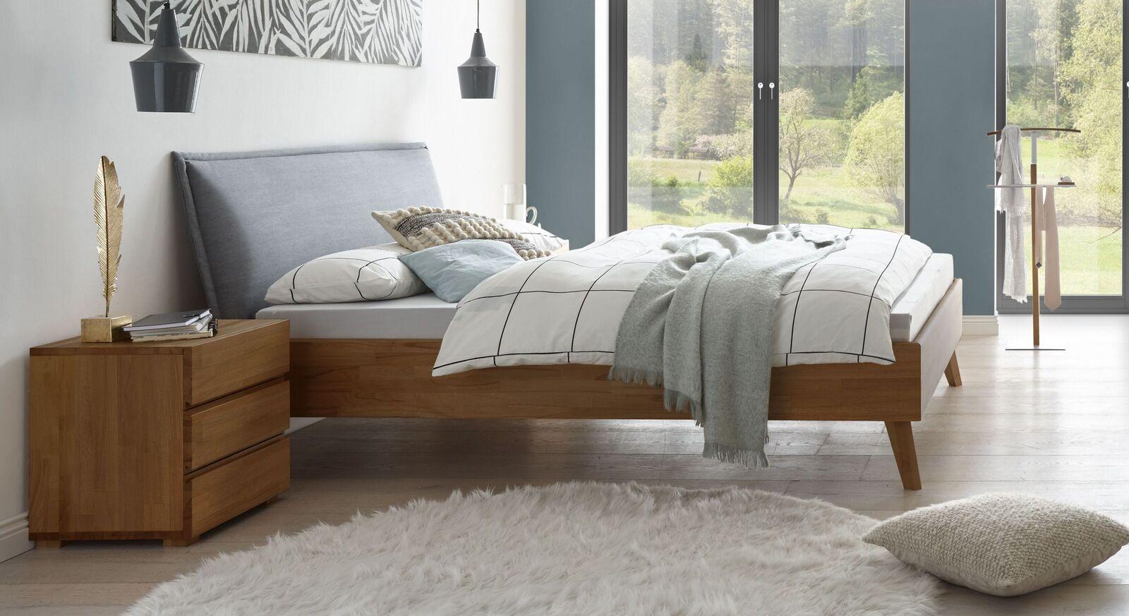 Hochwertiges Bett Soprenia aus Buche nussbaum