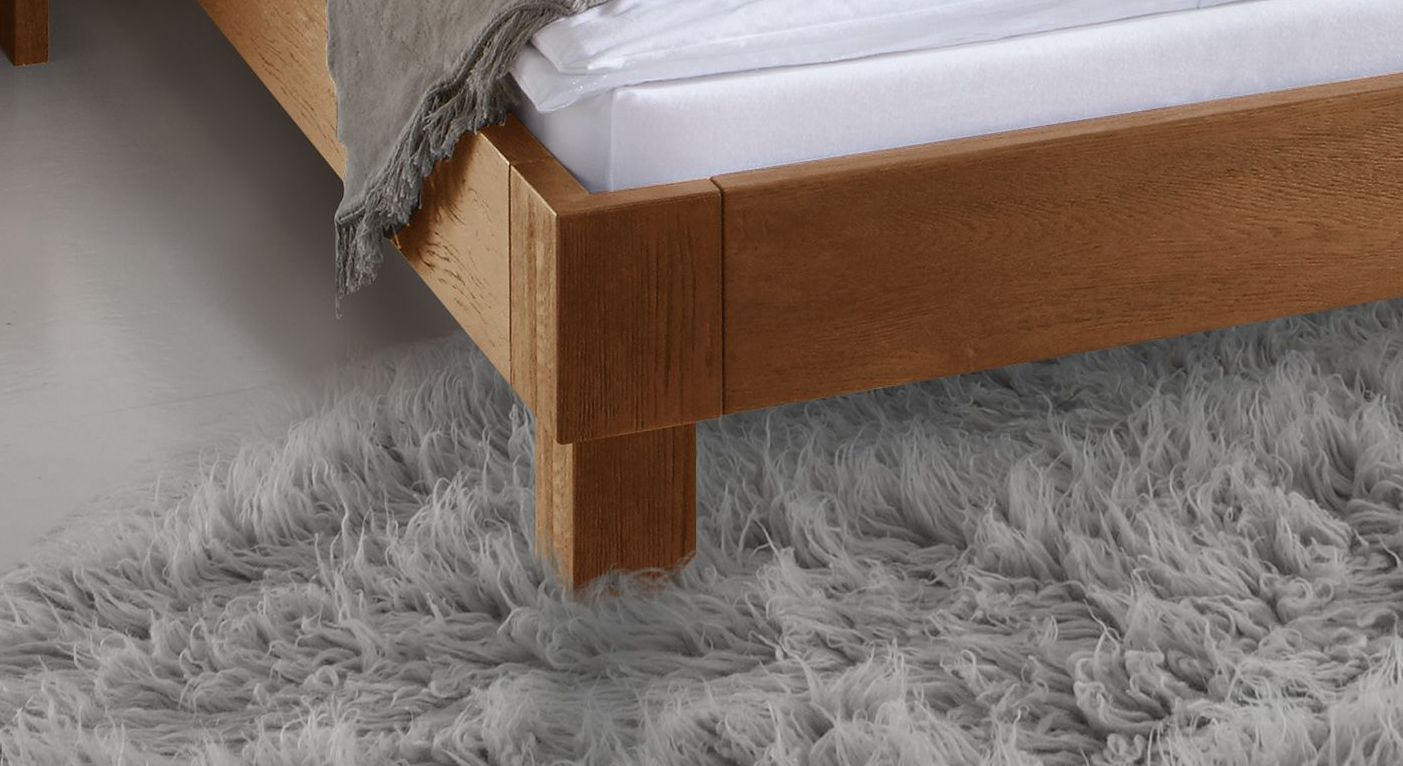 Holzbett Faro mit massiven Bettbeinen