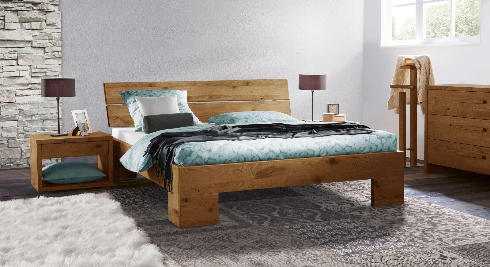 Holzbett Titao mit passenden Beimöbeln