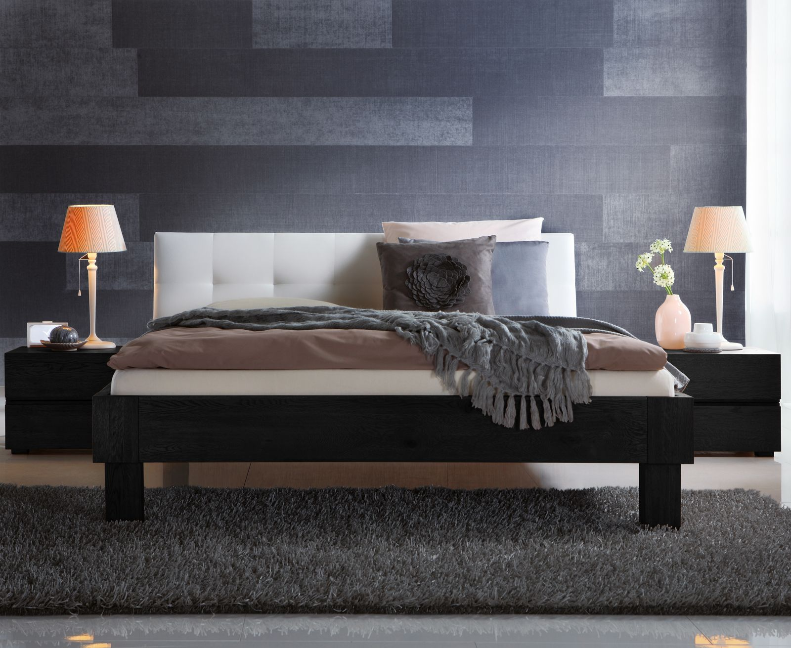 massivholzbett aus eiche mit wei em kopfteil faro. Black Bedroom Furniture Sets. Home Design Ideas
