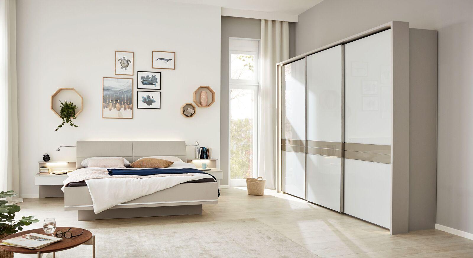 INTERLIVING Schlafzimmer 1009 mit Schwebetüren-Kleiderschrank und Bett in Schwebeoptik