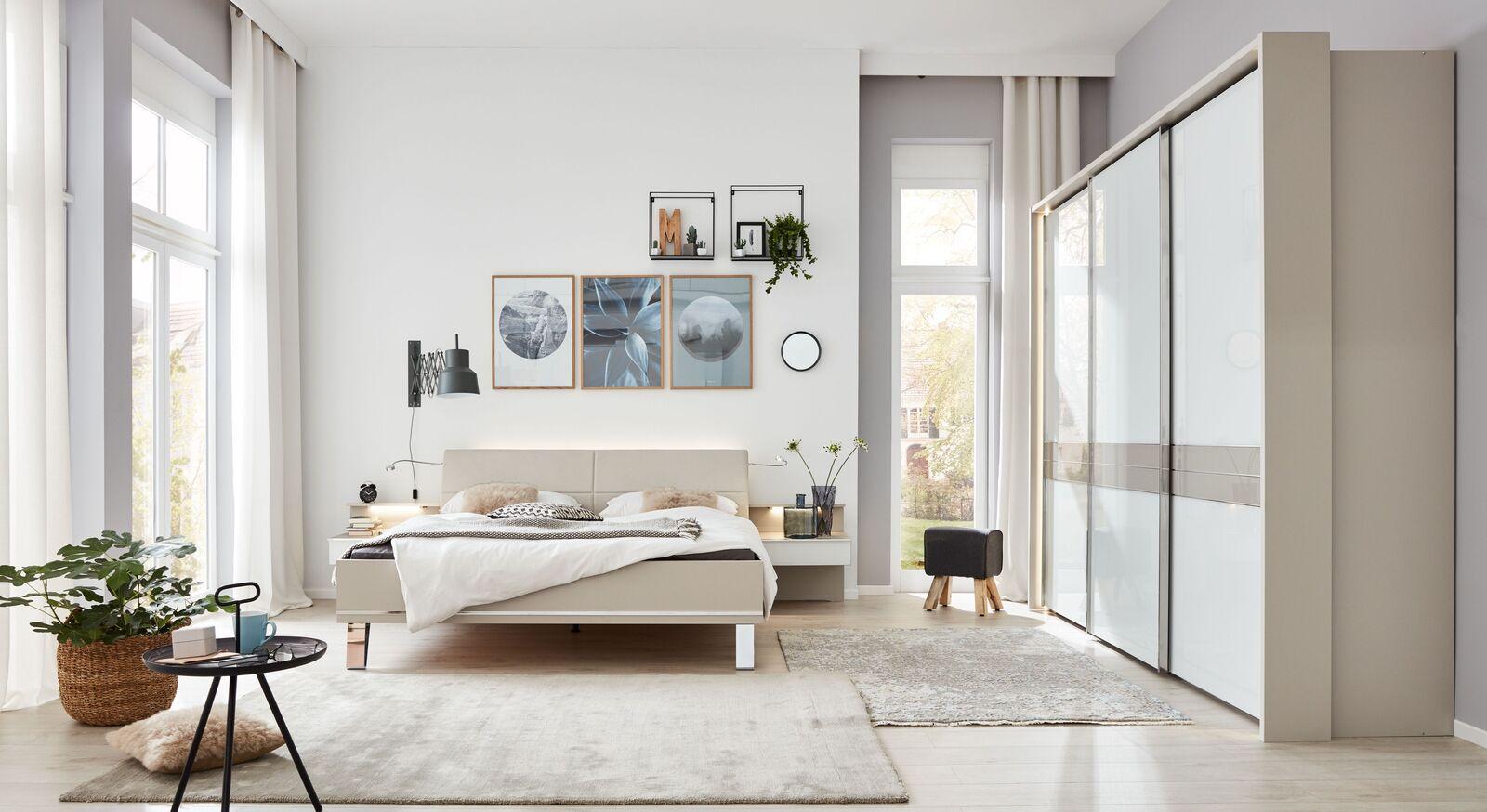 INTERLIVING Schlafzimmer 1009 mit Schwebetuerenschrank und Bett mit Chromfüßen