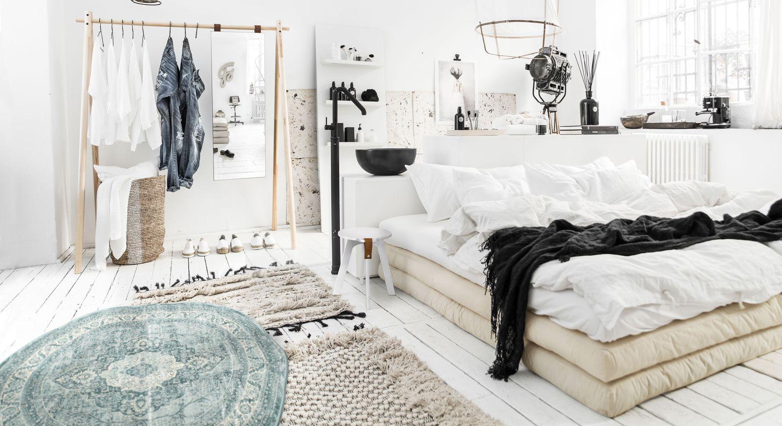 Schlafzimmer mit japanischem Futonbett und Garderobe - Toffia