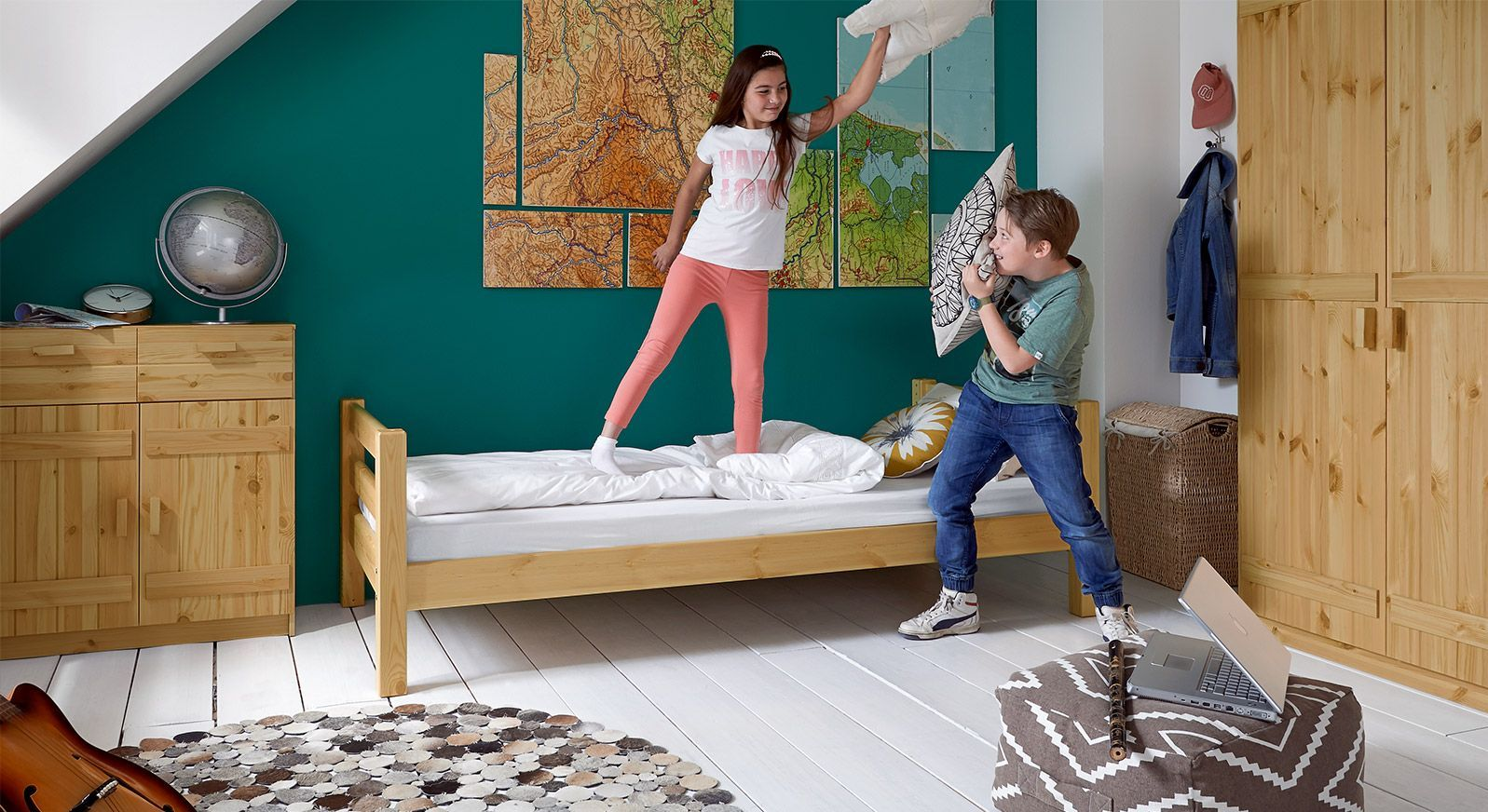 Massivholz-Kinderbett Kids Paradise Basic in gelaugter Kiefer, Variante 01