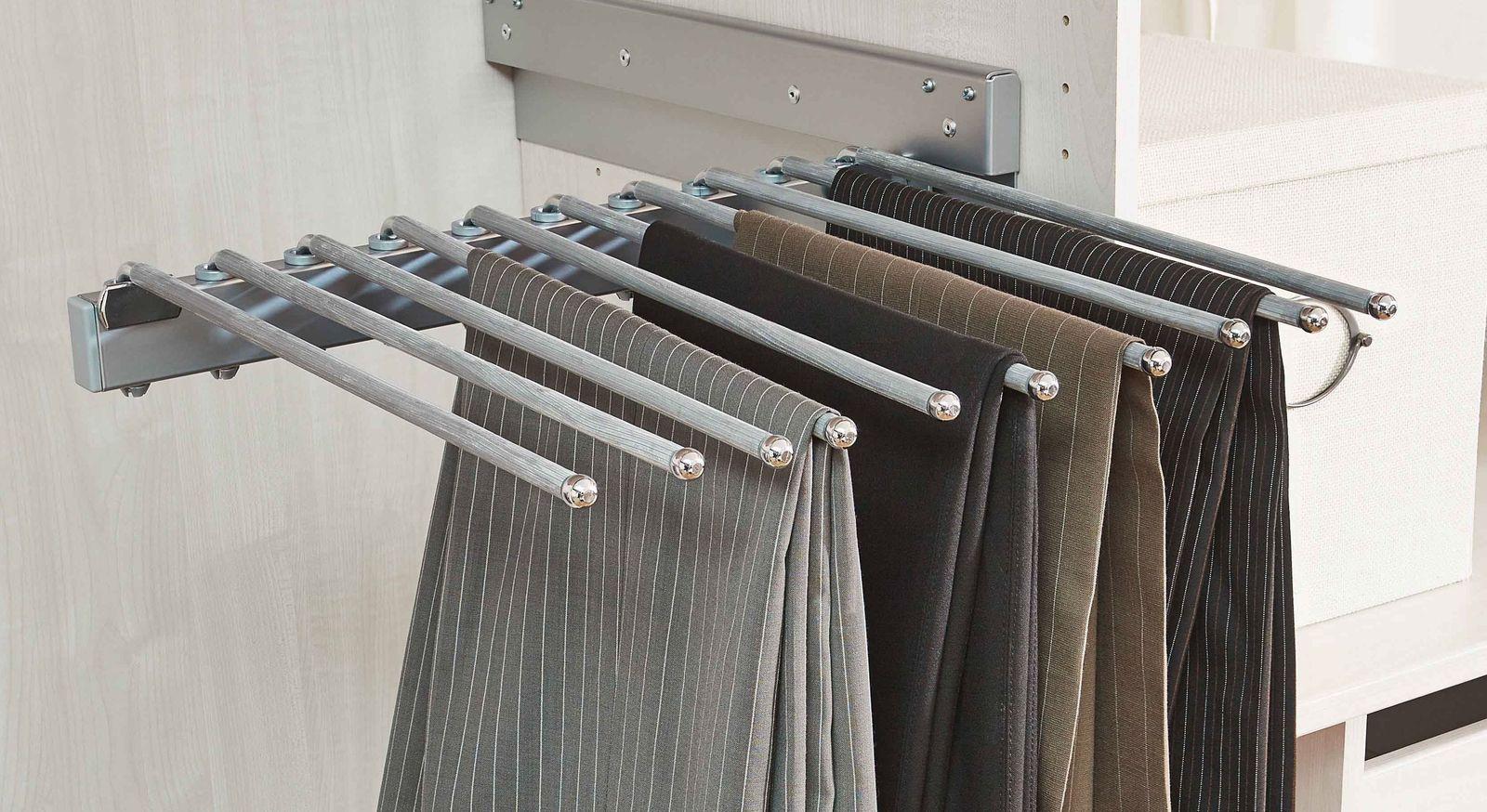 Hosenhalter als Kleiderschrank-Ausstattung