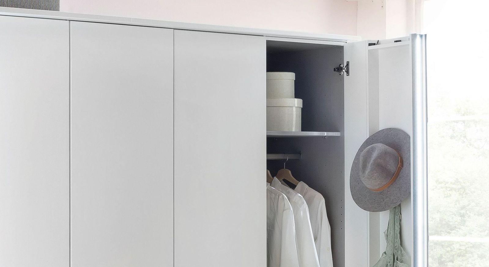 Praktische Koffertür des Kleiderschranks für zusätzlichen Stauraum
