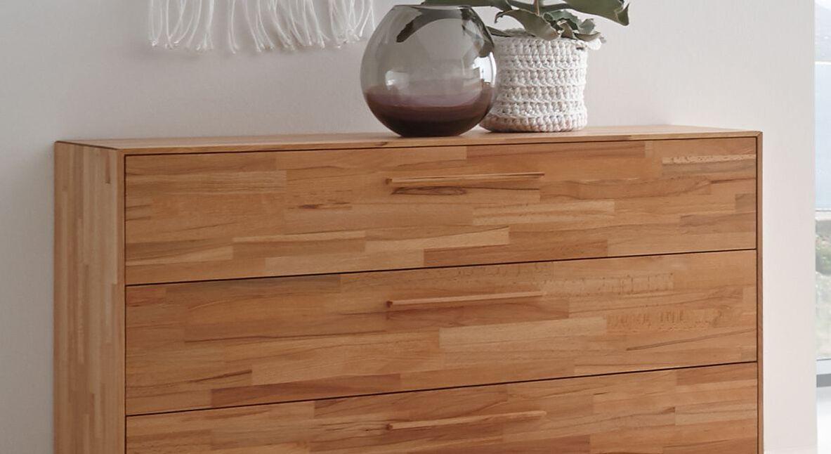 Kommode Pilara mit schmalen Holzgriffen