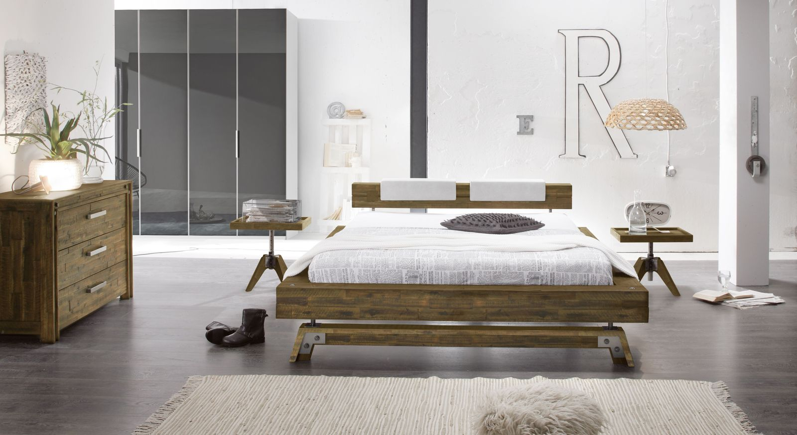 bett im industrielook aus massivholz kaufen molina. Black Bedroom Furniture Sets. Home Design Ideas