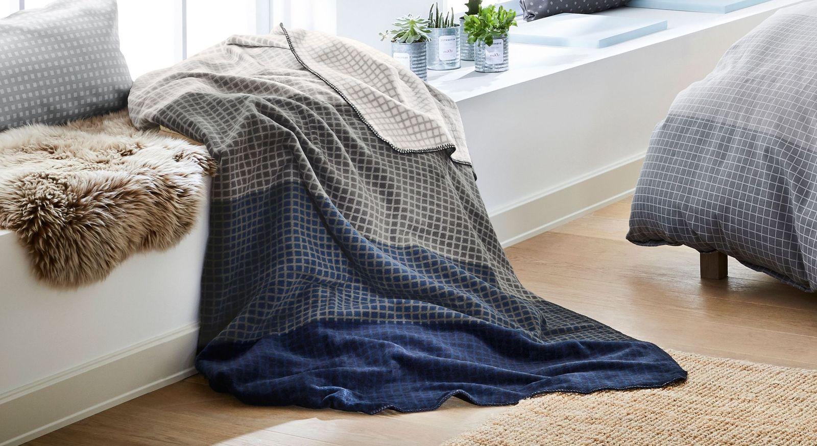 Modische Kuscheldecke Streifen nachtblau-grau der Marke s.Oliver