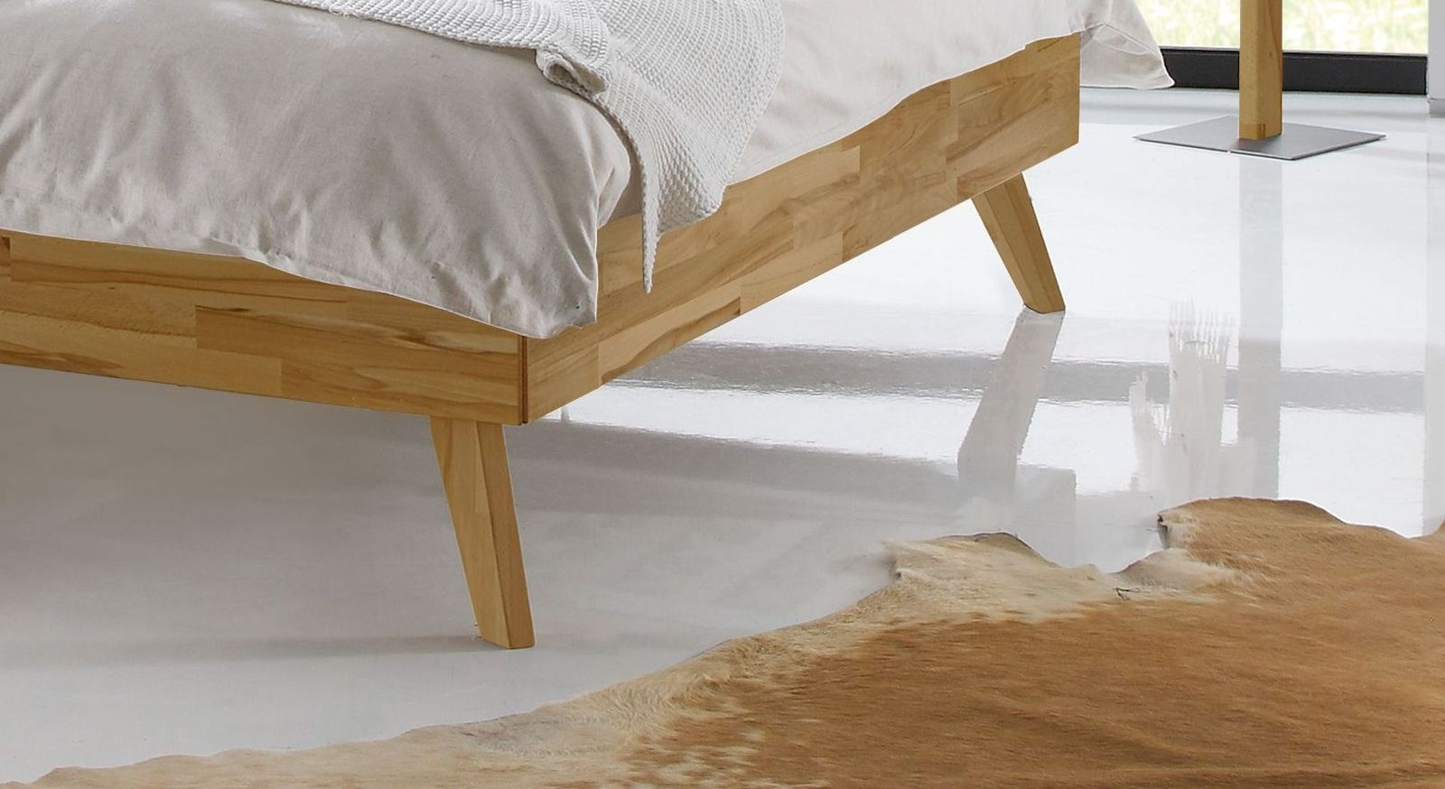 Liege Andros mit ausgestellten Bettbeinen