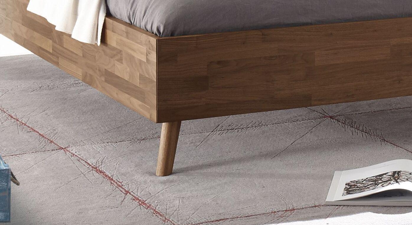 Liege Dorota mit filigranen Holz-Bettbeinen