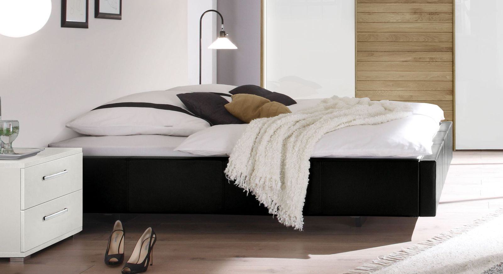 modernes polsterbett ohne kopfteil in schwebeoptik gordon. Black Bedroom Furniture Sets. Home Design Ideas