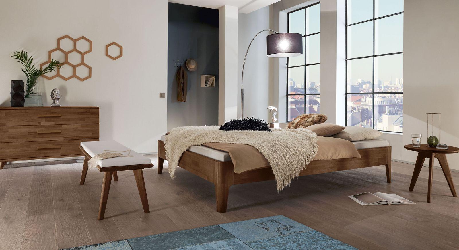 Liege Groi mit passenden Schlafzimmermöbeln aus Nussbaum