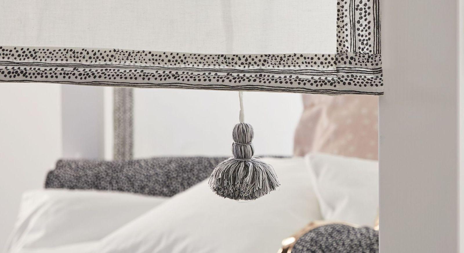 LIFETIME Himmelbett Living Style mit schwarzem Muster am Baldachin