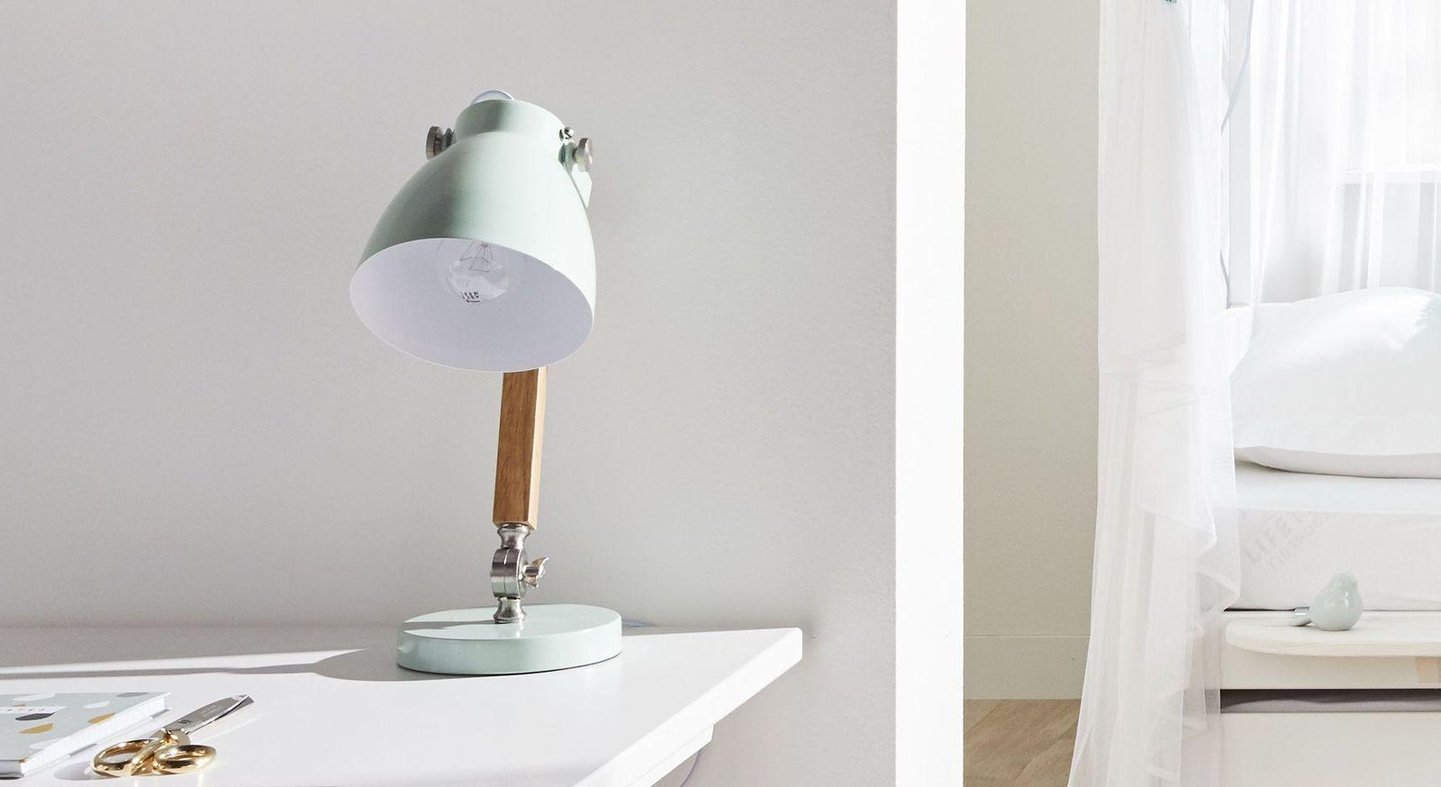Praktische LIFETIME Nachttischlampe fürs Kinderzimmer