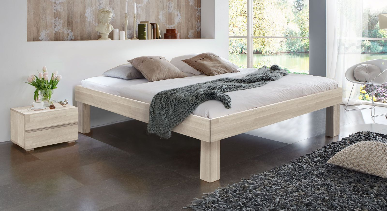 Weiße Massivholzliege Madrid Komfort mit 30 cm hohen Füßen