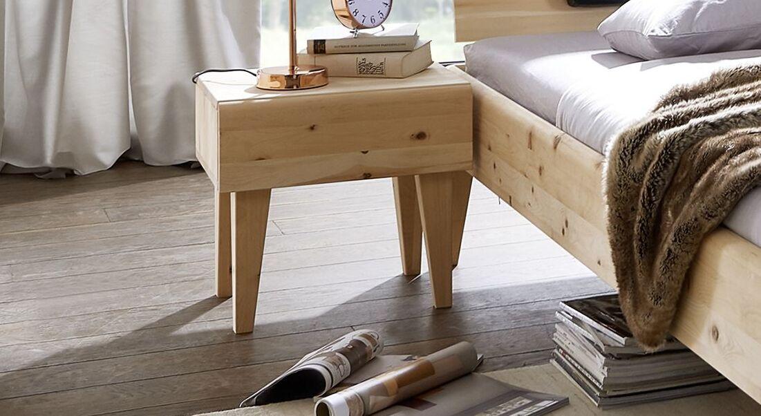 Nachttisch Alistra aus massivem Zirbenholz
