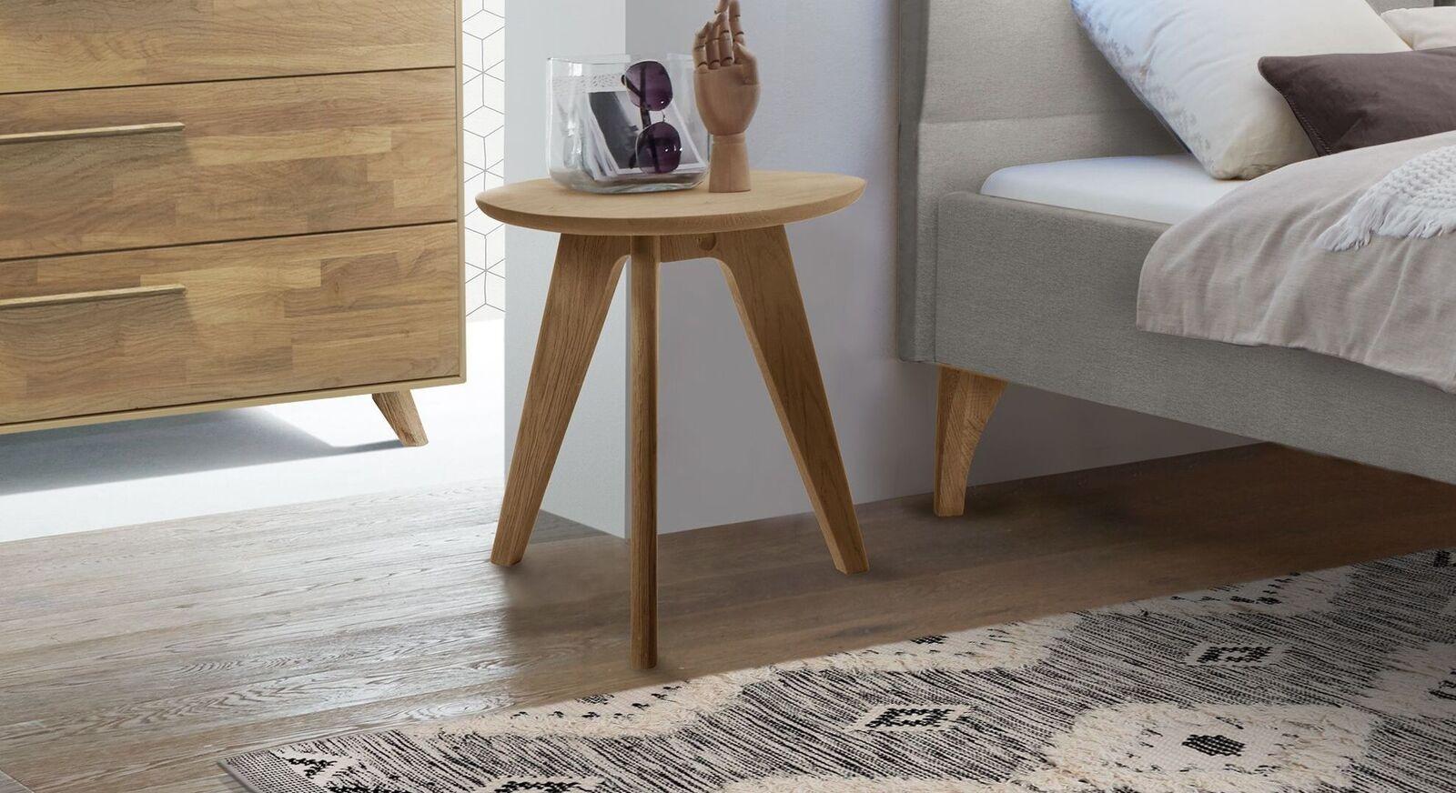 Robuster Nachttisch und Hocker Marla aus hellem Eichenholz