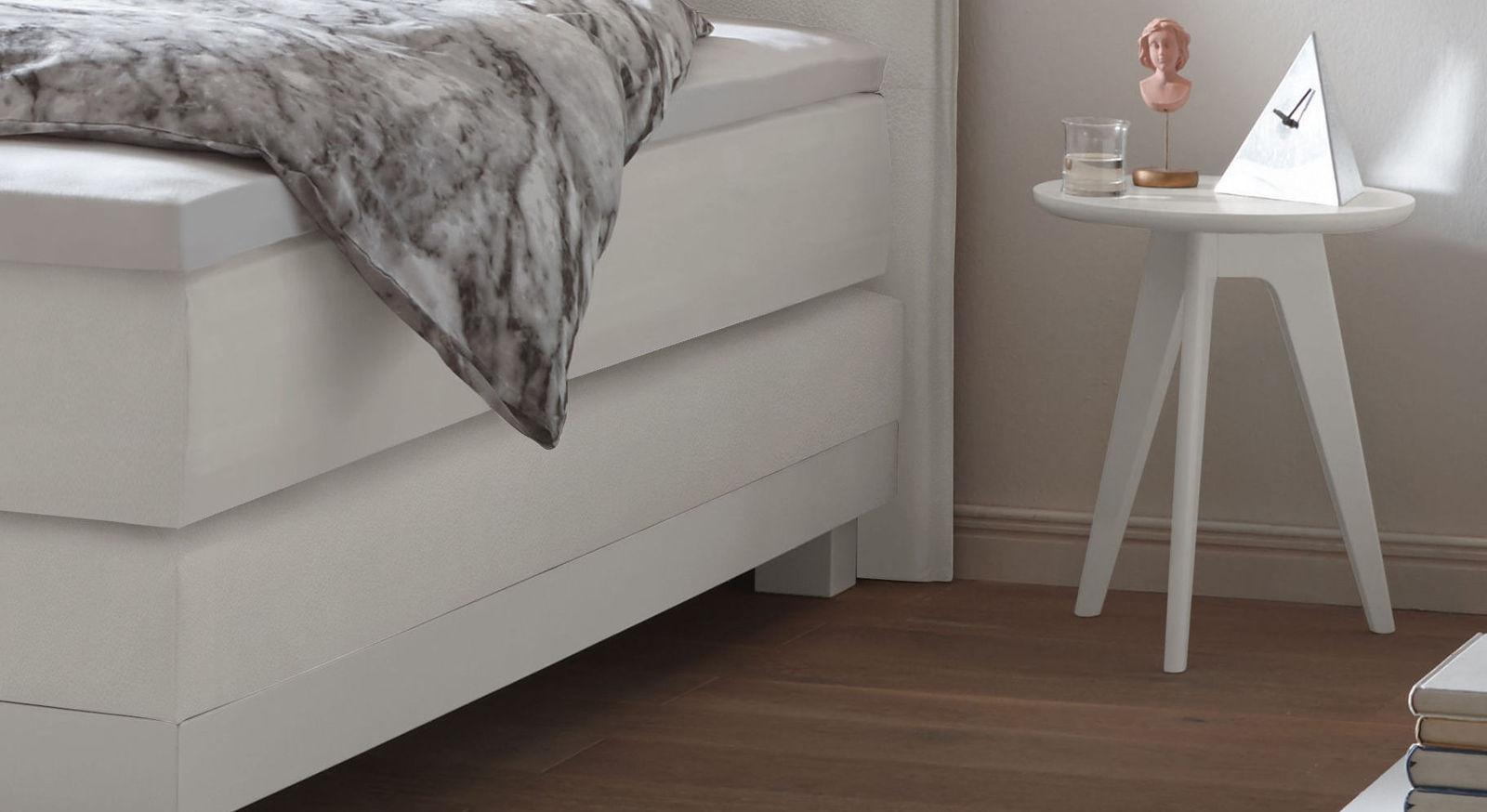 Nachttisch und Hocker Sola aus weiß deckender Buche