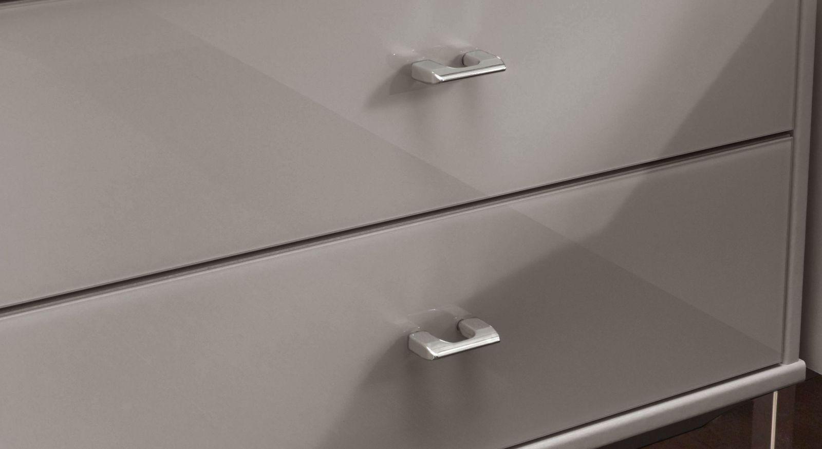 Verchromte Metallgriffe vom Nachttisch in Kieselgrau-Dekor