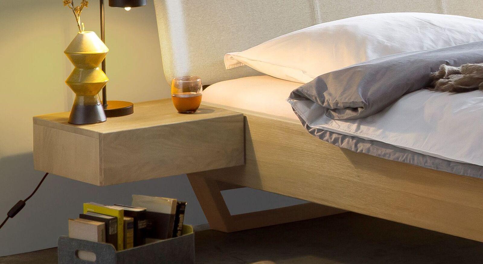 Schlichter Nachttisch Ubaldo aus Massivholz in Wildeiche geölt