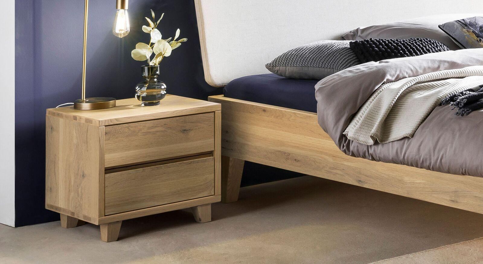 Nachttisch Valentinus aus rustikaler Wildeiche mit konischen Füßen