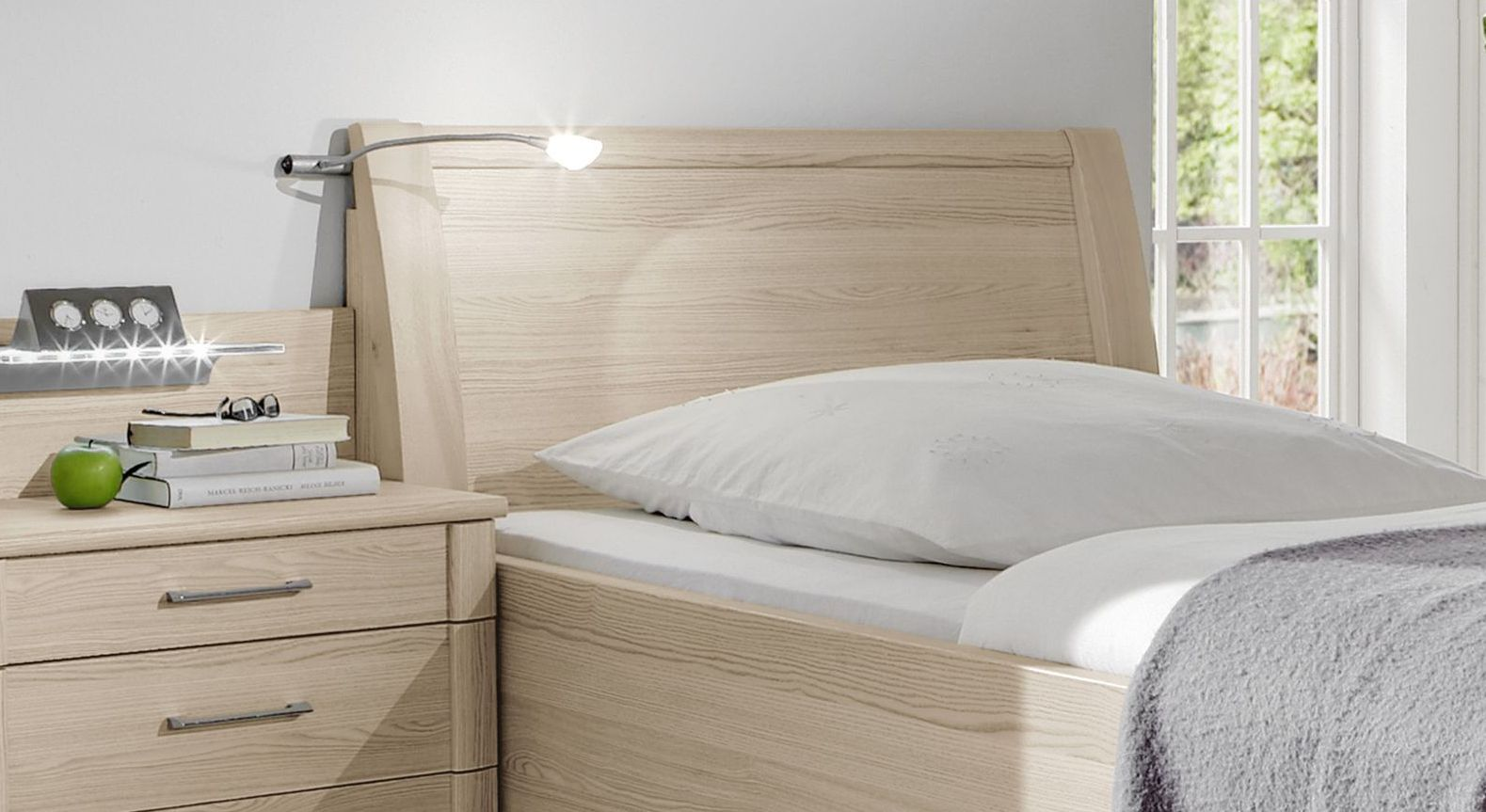 Praktisches Seniorenbett Montego mit bodentiefem Kopfteil
