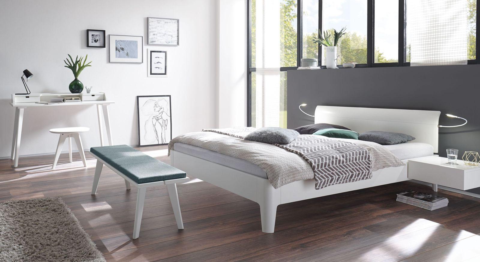 Schlafzimmer Narva mit weißen Massivholzmöbeln