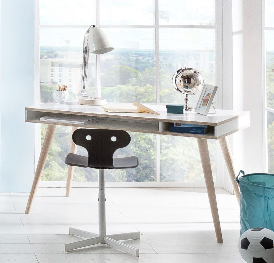 Alpinweißer Schreibtisch Mit Ausgestellten Holzfüßen Beano