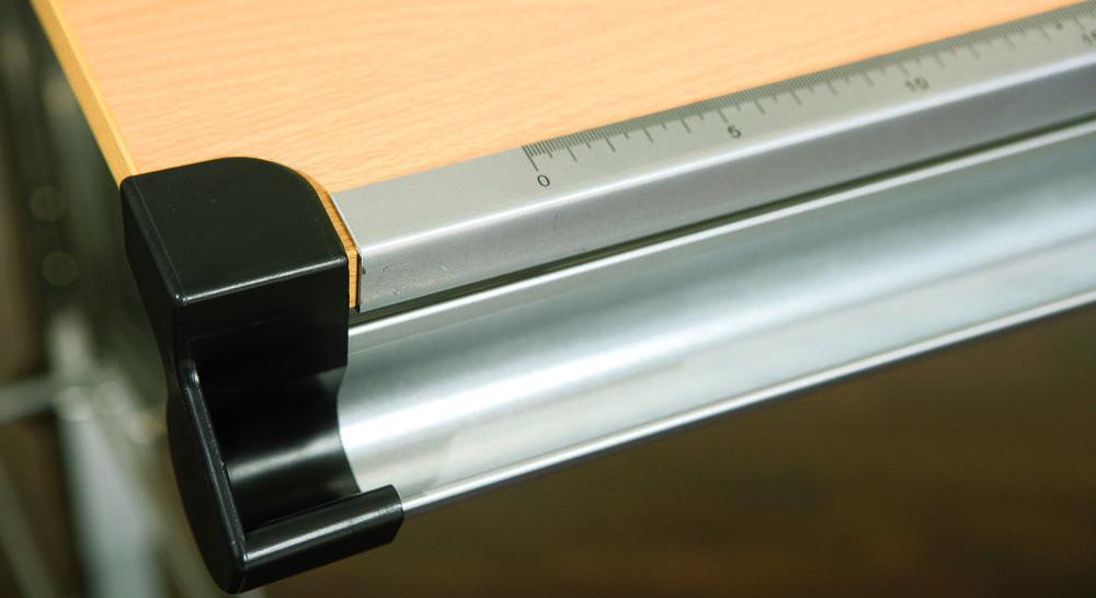 Schreibtisch Nico mit integriertem Lineal und Stiftehalterung