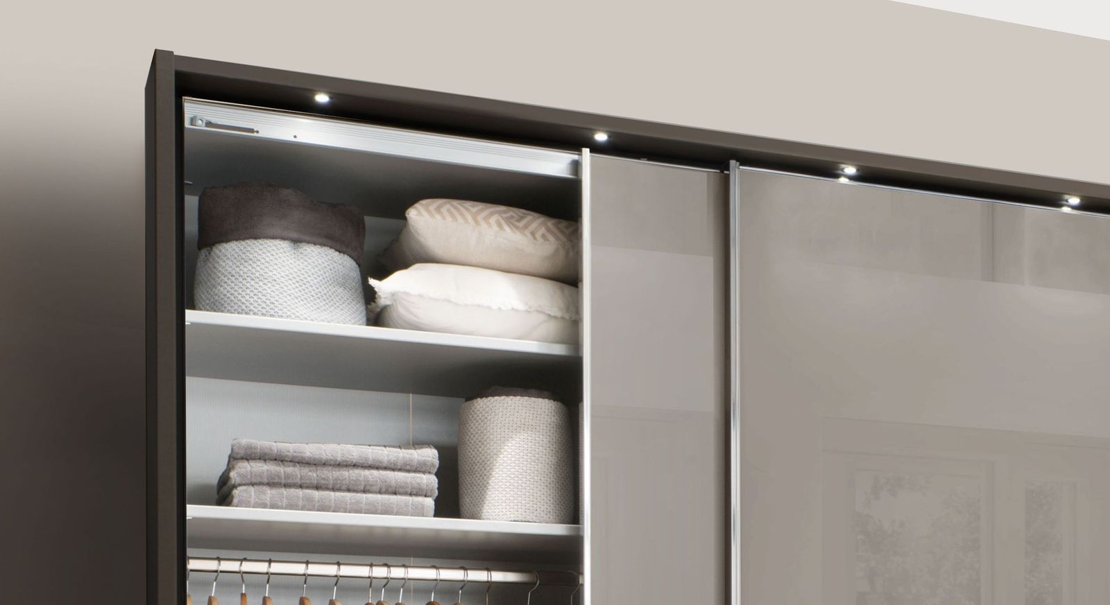 Schwebetüren-Kleiderschrank Butaco mit praktischer Innenausstattung