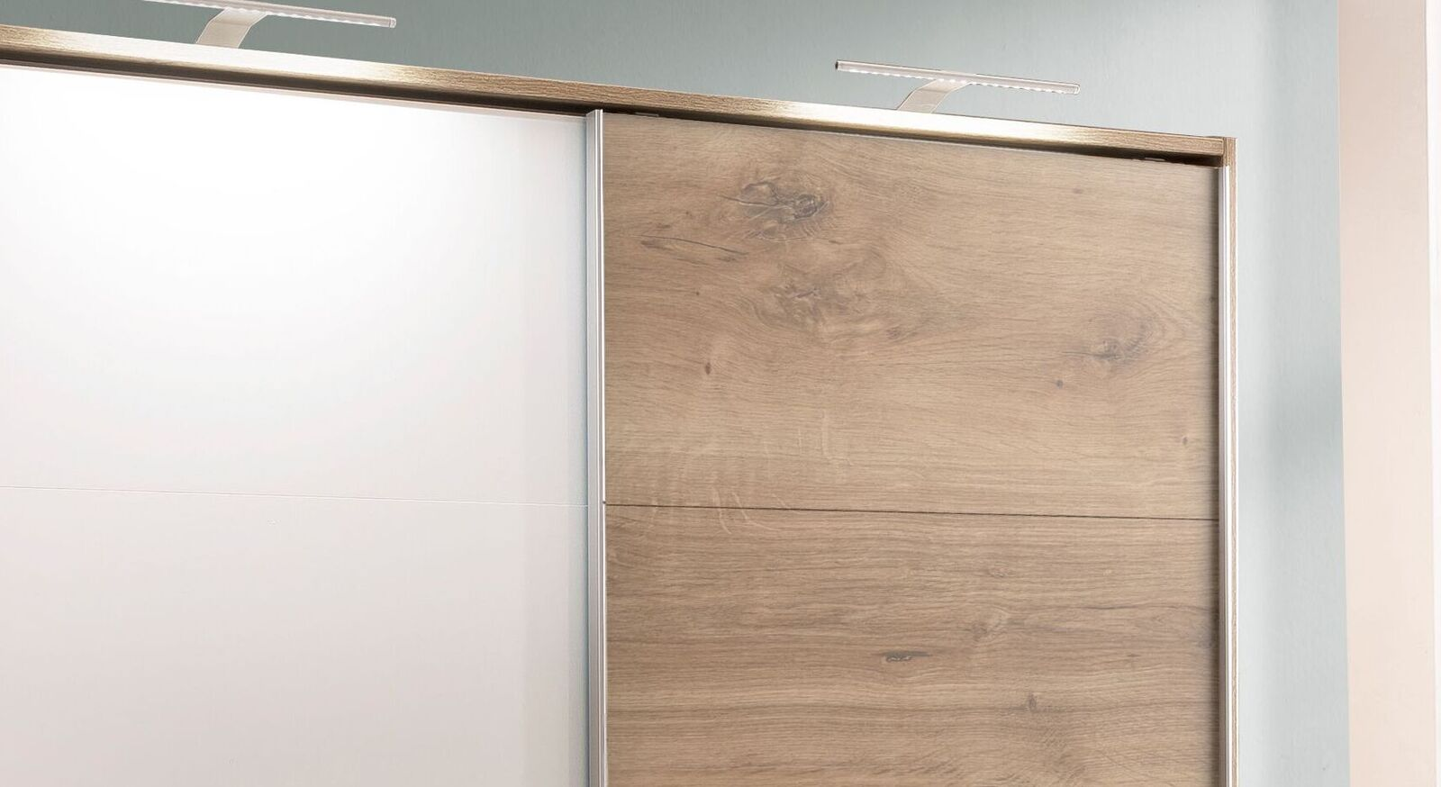 Schwebetüren-Kleiderschrank Vanita mit eleganten Griffleisten