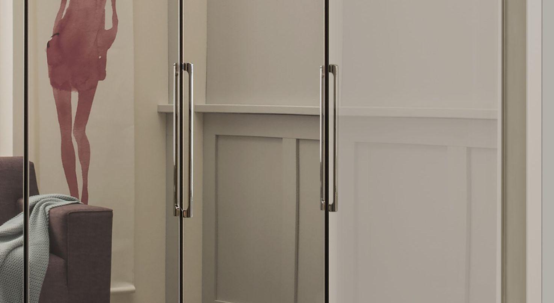 Spiegel-Falttüren-Kleiderschrank Northville mit schmalen Metallgriffen