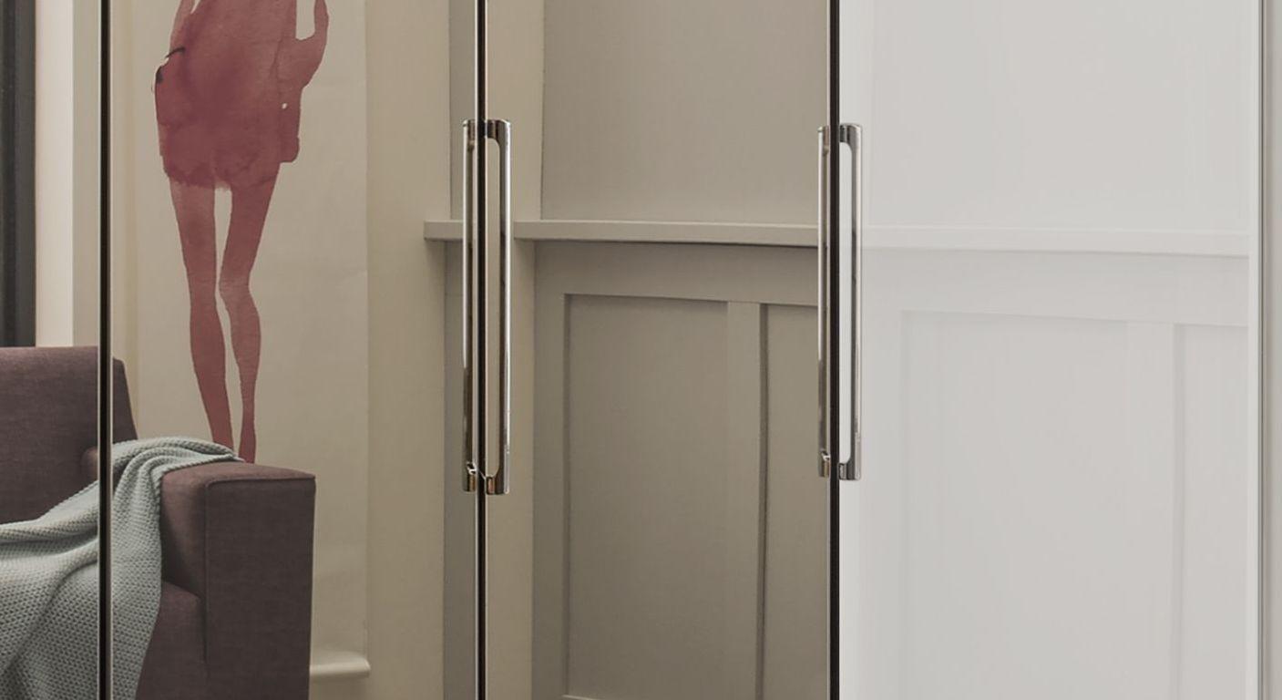 Spiegel-Falttüren-Kleiderschrank Westville mit schmalen Metallgriffen