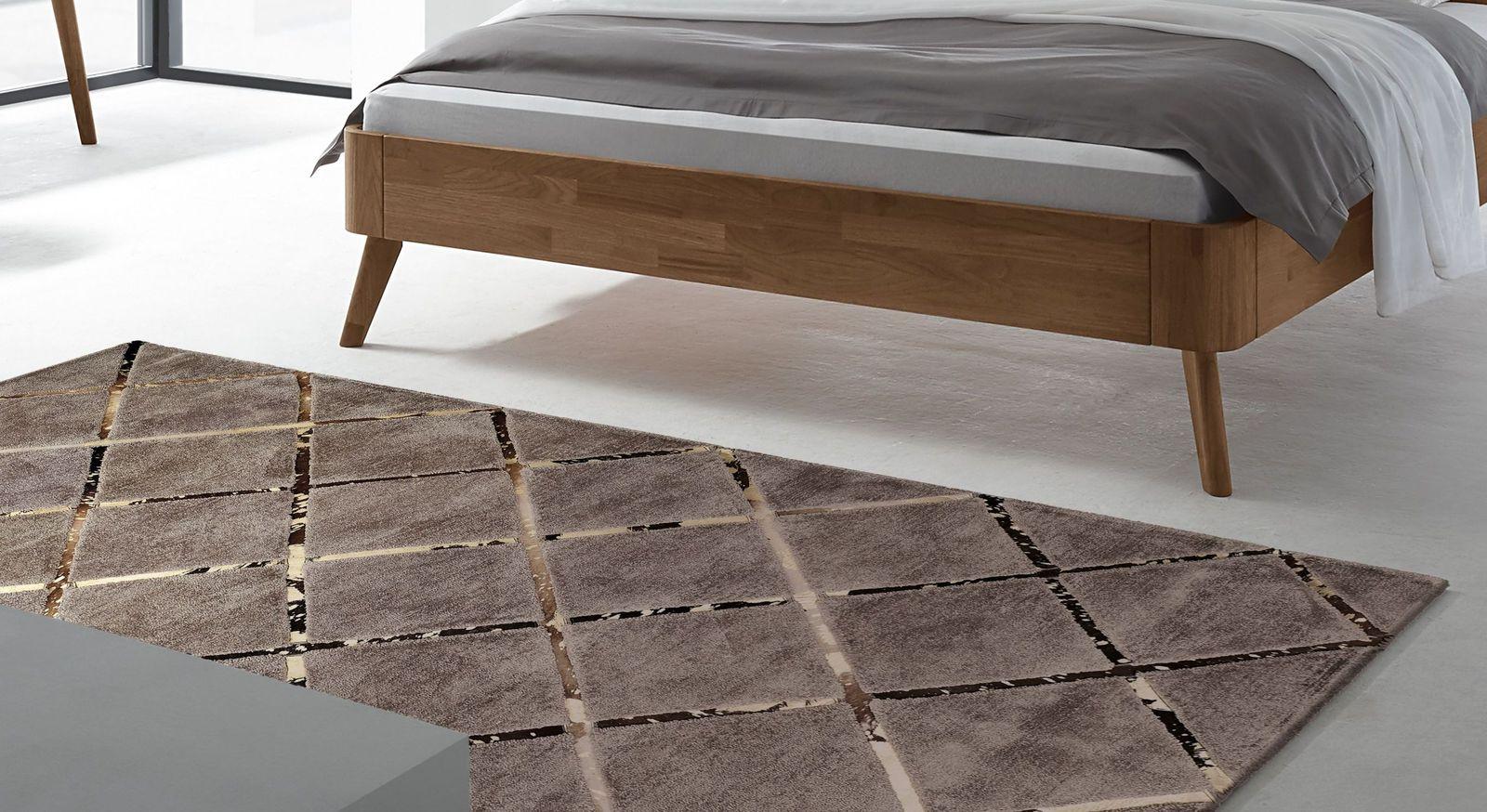 Teppich Square mit goldenen Streifen