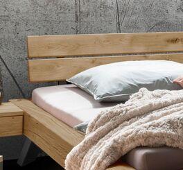 Balkenbett Janita mit geneigtem Holzkopfteil