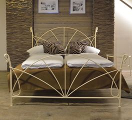 Massives Bett Acara aus cremefarbenem Eisen